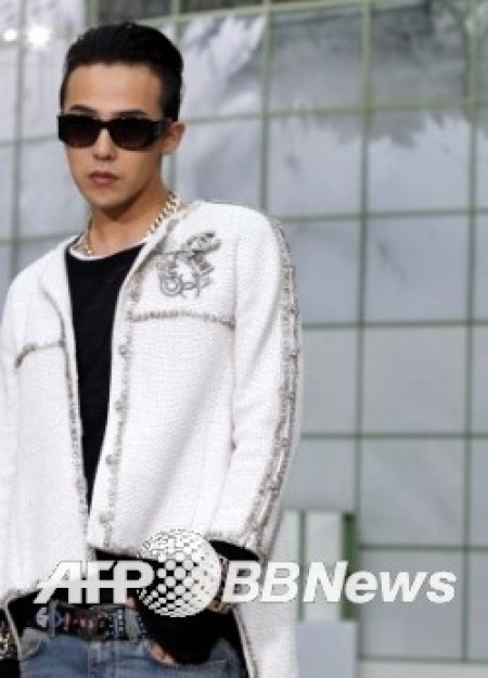 G-Dragon - Chanel Fashion Show - 27jan2015 - AFP BB News - 02