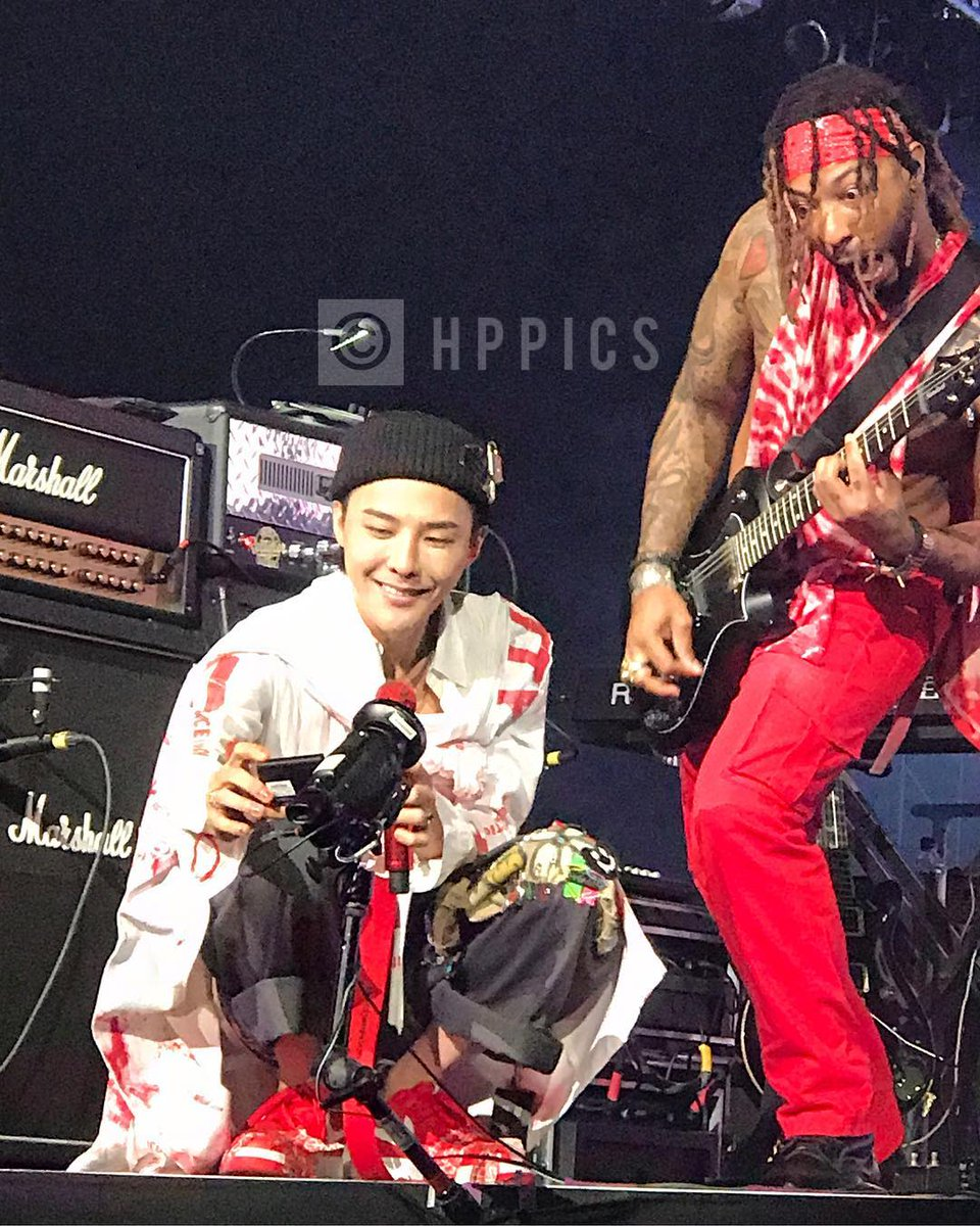Guitarist Justin Lyons (and family) with G-Dragon in Houston 2017-07-19 (3)