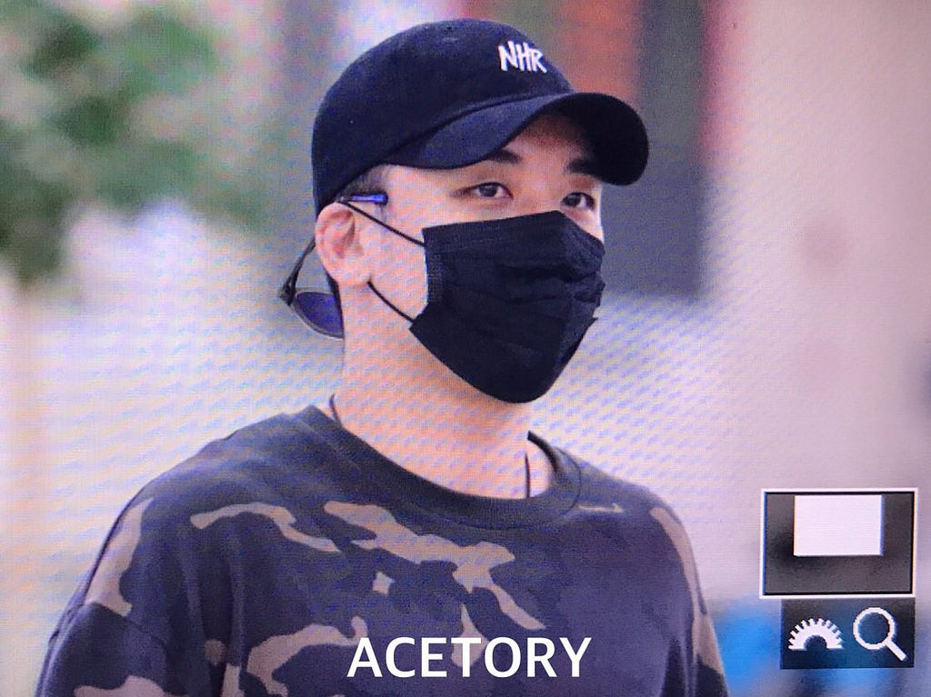 Seungri arrival in Seoul Gimpo from Japan 2017-09-01 (1)