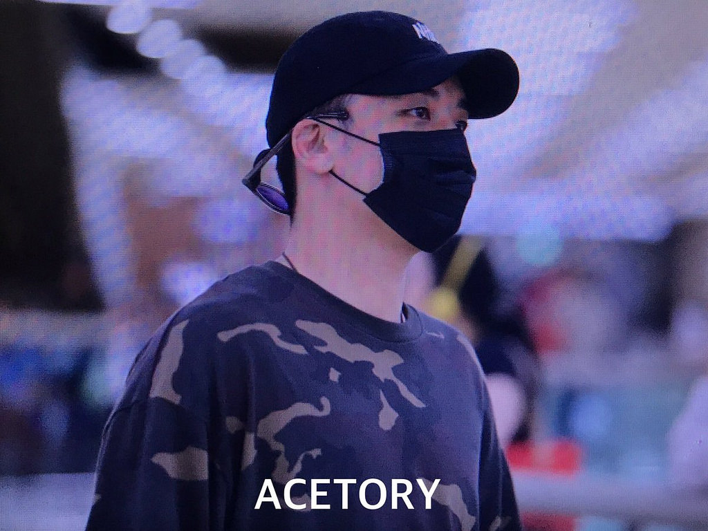 Seungri arrival in Seoul Gimpo from Japan 2017-09-01 (2)