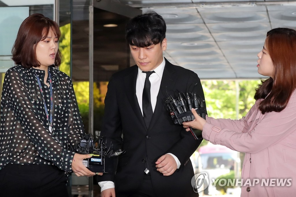 Former BIGBANG member Seungri appears at the Seoul Central District Court on May 14, 2019, to attend a hearing to decide whether to issue an arrest warrant for him on charges of arranging sex services for investors and embezzling money at a nightclub embroiled in drug and sex scandals. (Yonhap)